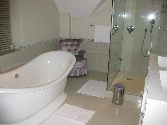 Vredenburg Manor House: Immaculate spacious bathroom,