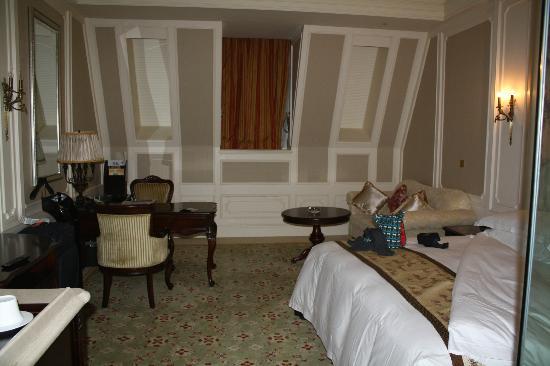 Dragon Lake Princess Hotel: Small window in room