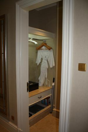Dragon Lake Princess Hotel: Closet
