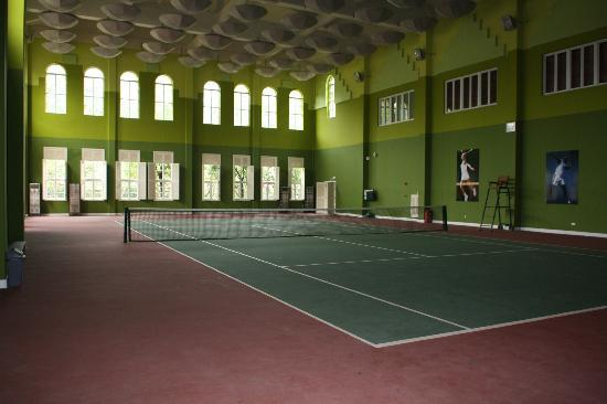 ‪دراجون ليك برينسيس هوتل: Indoor tennis court‬