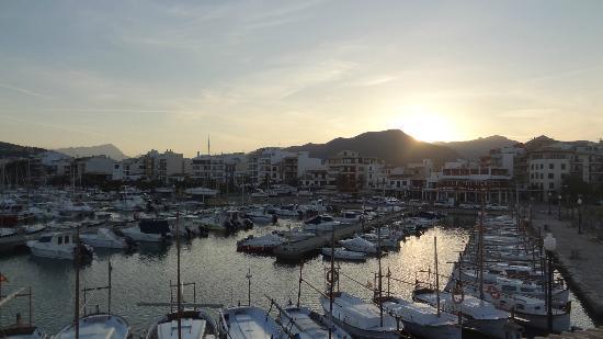 La Llonja: Ausblick in Richtung Hafen und Promenade Port de Pollenca