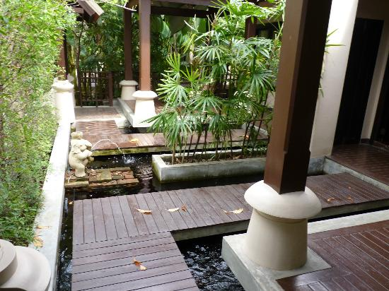 Siripanna Villa Resort & Spa: Fish pond outside room