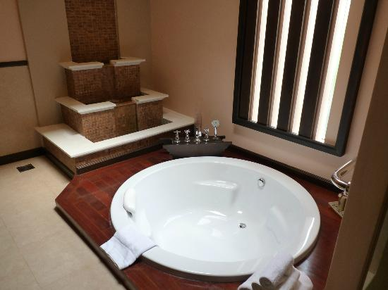 Siripanna Villa Resort & Spa: Sunken bath with waterfall!