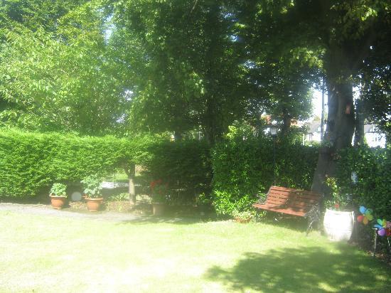 Barrie Guest House: Garden