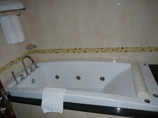 LK Residence: Jacuzzi Bath