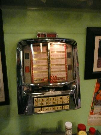 Cafe 50's : jukebox at every table