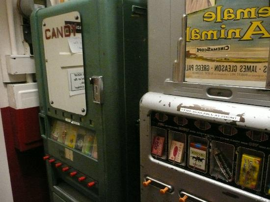 Cafe 50's : cigarette machines near the bathrooms