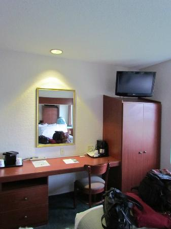 Microtel Inn & Suites by Wyndham Marianna: Work area and closet