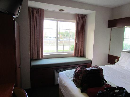 Microtel Inn & Suites by Wyndham Marianna: Queen Bed and Window Seat