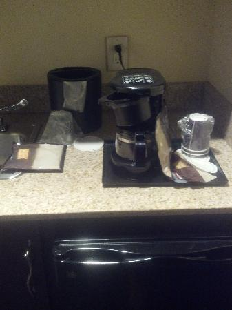 SpringHill Suites Savannah Airport: messy coffee area