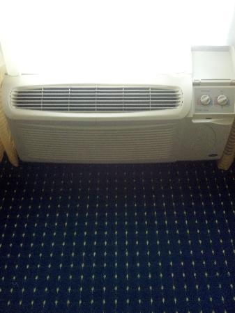 SpringHill Suites Savannah Airport: super sonic air conditioner- BOOM