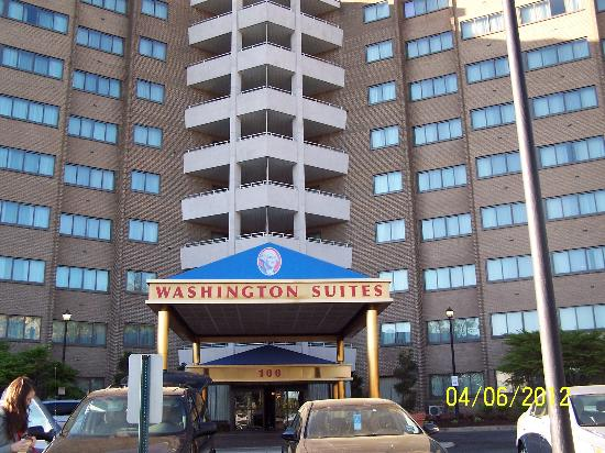 Washington Suites Alexandria: Front of washington suites