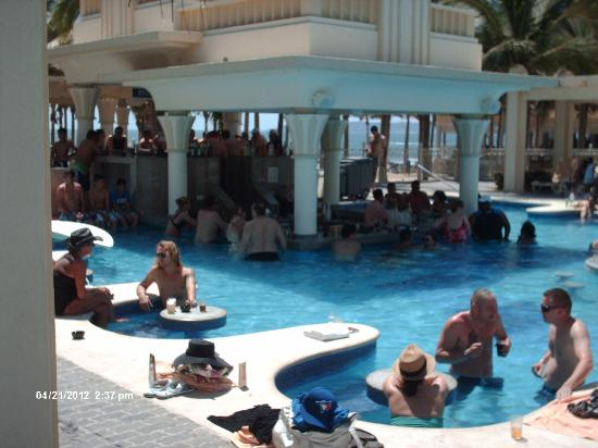 Hotel Riu Vallarta: Swim up bar