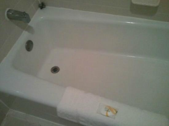 Ramada Hilton Head: tub  - clean!