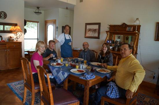 Bella Vista Bed and Breakfast on Lake Travis: Breakfast with new friends!
