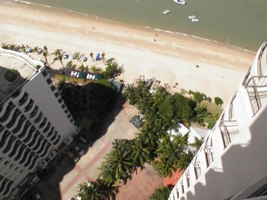 Rainbow Paradise Beach Resort: Blick von der terrasse nach unten