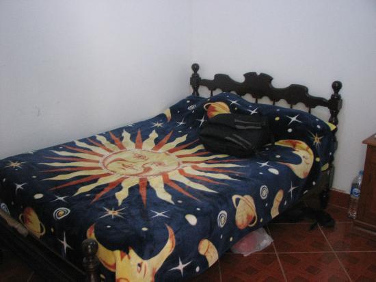 Hostal Alpes Huaraz: My single room: comfortable bed, warm blankets!