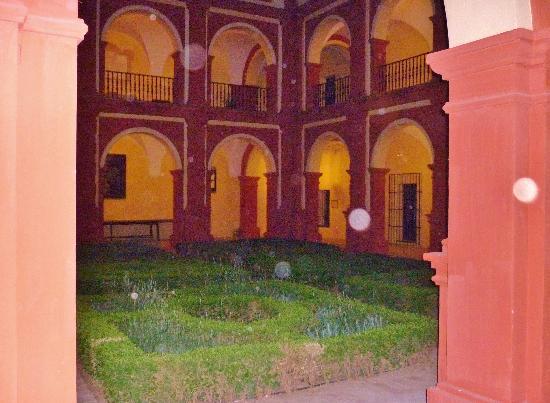 Palma Del Rio, España: an inner courtyard in the rain