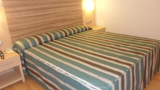 Riviera Beachotel: huge bed
