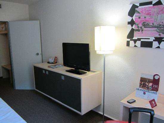 Mercure Hotel Berlin City West: Zimmer: Fernseher + Minibar
