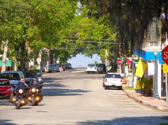 Mount Dora Historic Inn: View from the B&B street. Lake in the end of the road where great restaurants are located