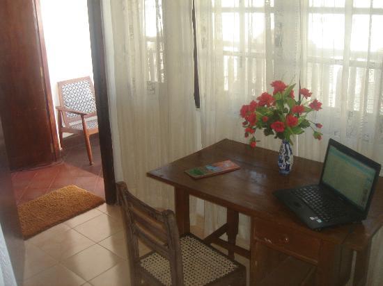 Thenu Rest Guest House: desk