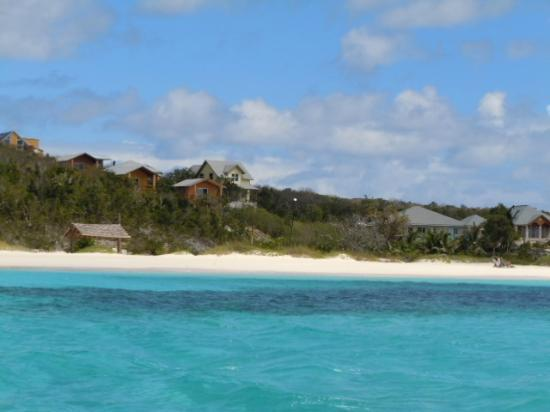Shannas Cove Resort: View of the beach and bungalows