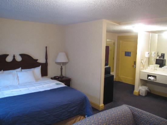 Clarion Hotel Morgan: King Room