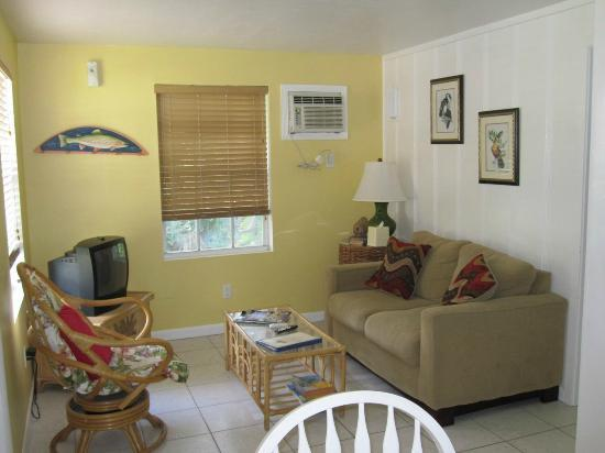 River Palms Cottages and Fish Camp: Living Room