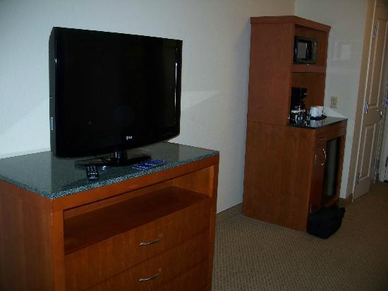Hilton Garden Inn Cleveland/Twinsburg: HD TV and coffee/tea area