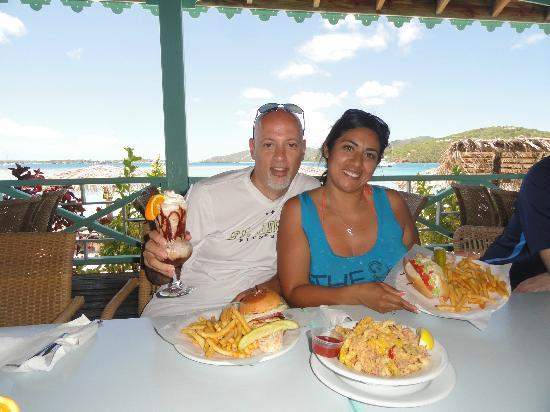 Pusser's Marina Cay Hotel and Restaurant: Enjoying calamari, Lobster roll, grilled mahi mahi and a bushwacker!
