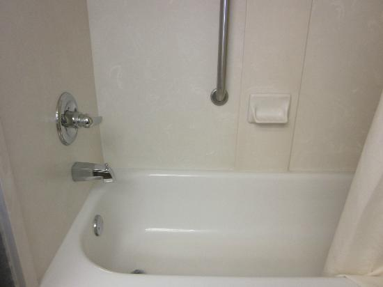 Clarion Inn: Tub/Shower Combo