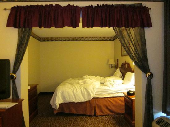 Clarion Inn: King Bed With Curtain Divider