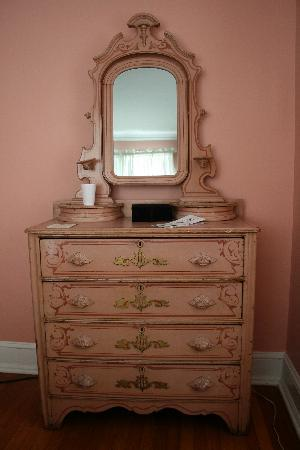 Buttonwood Manor Bed and Breakfast: Dresser in Lady Jane room