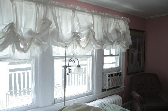 Buttonwood Manor Bed and Breakfast: Wall of windows in Lady Jane room