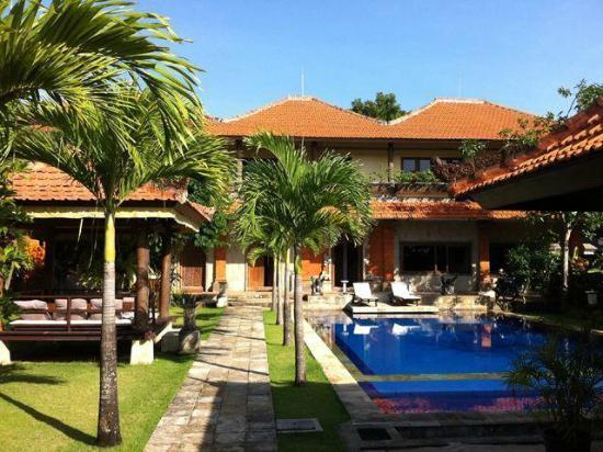 Puri Santai Bali: プールのある庭