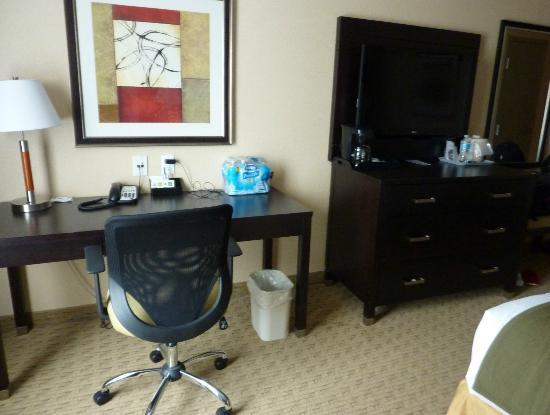 Holiday Inn Express & Suites Ottawa West - Nepean: desk & flatscreen