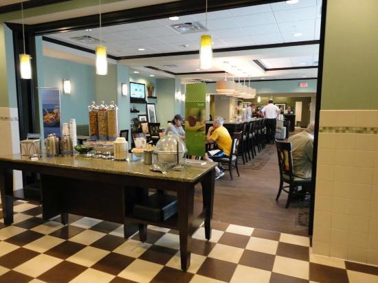 Hampton Inn Minneapolis/Shakopee: Free breakfast/eating area.
