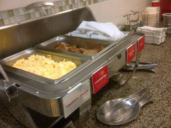 Hampton Inn Minneapolis/Shakopee: Free breakfast one day.