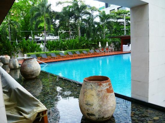 COMO Metropolitan Bangkok: Pool seen from entrance
