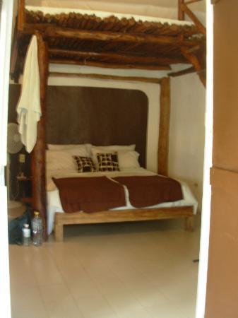 Secret Garden Hotel : Comfortable bed in white cabana