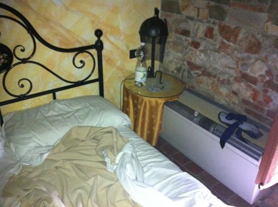 Villa Corte Degli Dei: Condizionatore a fianco al letto