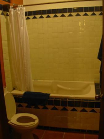 Lo Nuestro Petite Hotel: Bathtub!