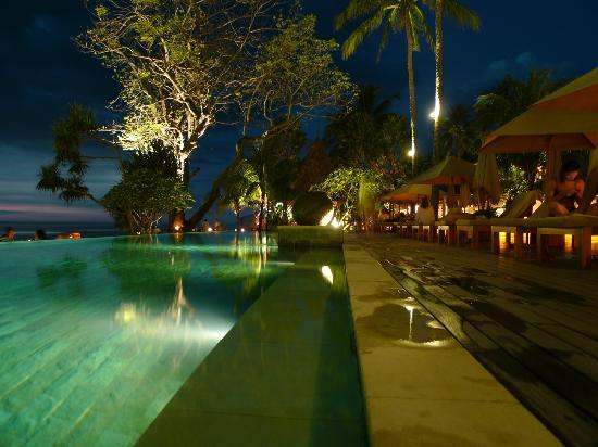Qunci Villas Hotel: One of the 3 pools , Evening
