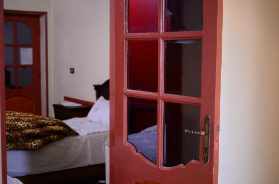 Hola Cairo Hostel: 3 beds in room