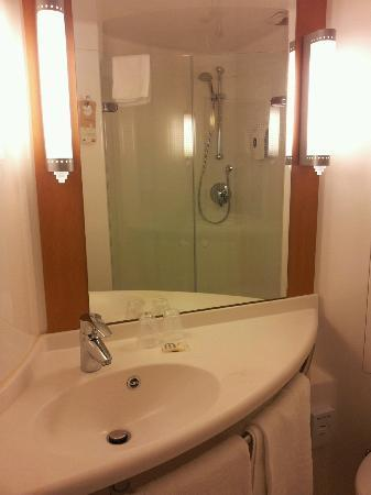 Ibis Aberdeen Centre: el baño