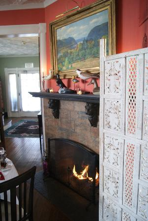 Asbury Park Inn: Chimenea del comedor