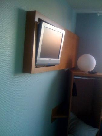 B&B Hotel Koeln-Airport: LCD TV on the wall