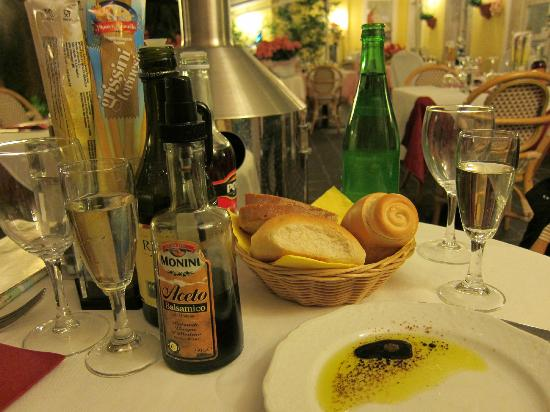 Al Vaticano : Assorted bread, white wine for aperitive, and choice extra virgin olive oil with balsamic spray