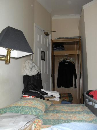 Admiral Hotel: porta di ingresso in camera e piccolo armadio